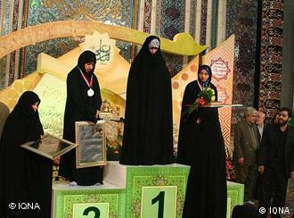 برندگان امسال مسابقهی قرآنخوانی زنان در ایران به سبک مسابقات ورزشی به روی سکوهای قهرمانی فرستاده شدهاند. رتبه نفر سوم زیر حجاب او پنهان مانده است.