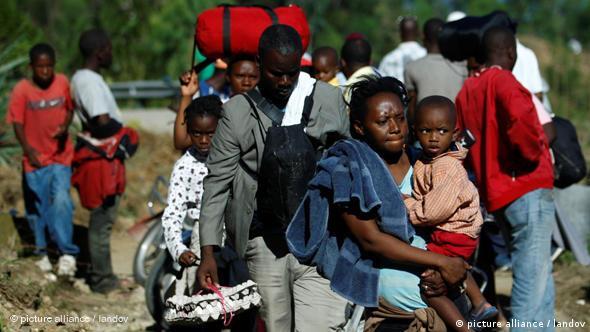 Menschen mit Kindern und dem wenigen, was ihnen geblieben ist, unterwegs auf den Straßen (Foto: AP)