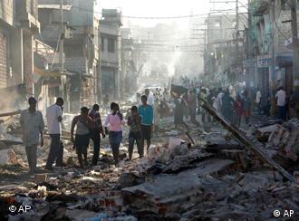 Haitianer auf den Straßen von Port-au-Prince (Foto: AP)