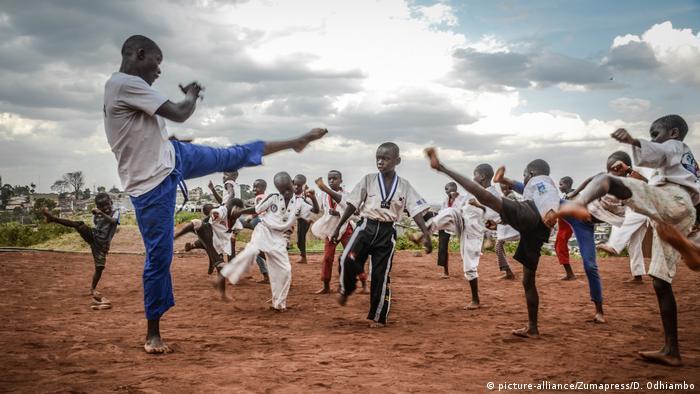 Kinder in Nairobi beim Karate-Training (picture-alliance/Zumapress/D. Odhiambo)