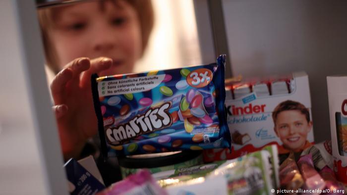 Ein Kind greift in den Süßigkeitenschrank (picture-alliance/dpa/O. Berg)