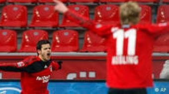 Leverkusens Tranquillo Barnetta bejubelt sein Tor. Stefan Kiessling wartet auf seinen Teamkollegen. (Foto: AP)