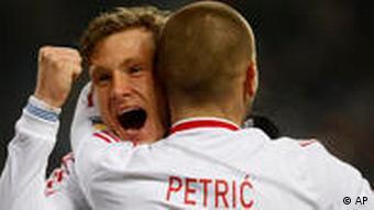 Marcel Jansen trifft zum 1:0 gegen Freiburg. Mladen Petric feiert den Torschützen. (Foto: dpa)