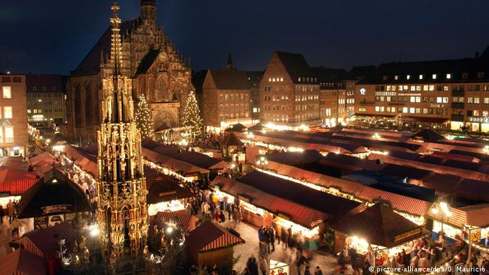 Germany, View from above of the Nuremberg Christkindlesmarkt at night (picture-alliance/dpa/G. Mauricio)