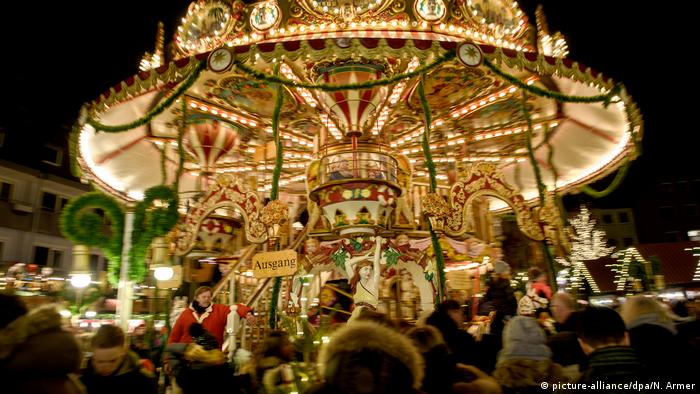 Germany, Nuermberg Christkindlesmarkt, the traditional merry-go-round festively lit at night (picture-alliance/dpa/N. Armer)
