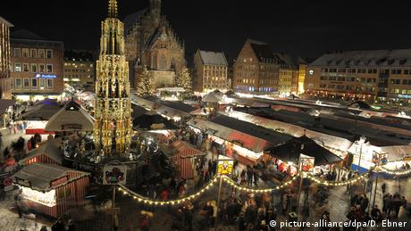 Germany, aerial view of the Christkindlesmarkt Christmas market in Nuremberg at night (picture-alliance/dpa/D. Ebner)
