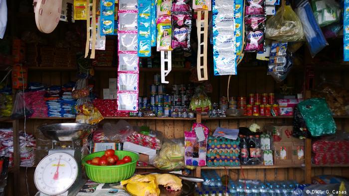 Tienda que vende galletas, especias y huevos, entre otros artículos, en la comunidad indígena de Santa Clara de Uchunya.