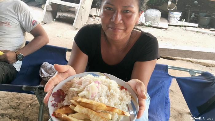 Cocina de la la comunidad indígena de Santa Clara de Uchunya: yuca frita con arroz y pescado.