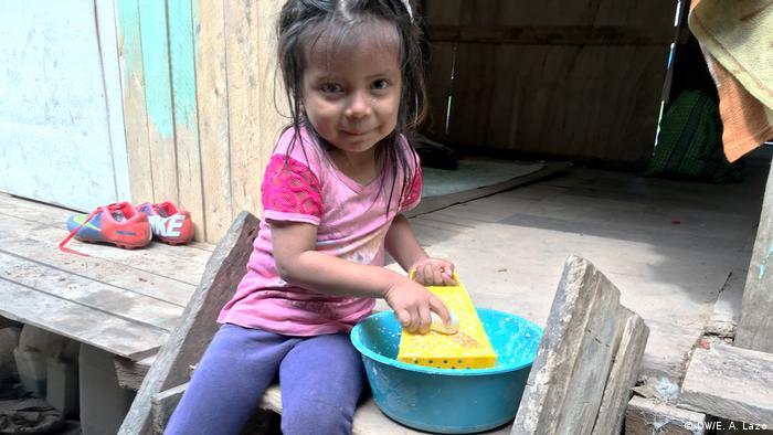 Niña de la la comunidad indígena de Santa Clara de Uchunya juega a rallar mandioca.