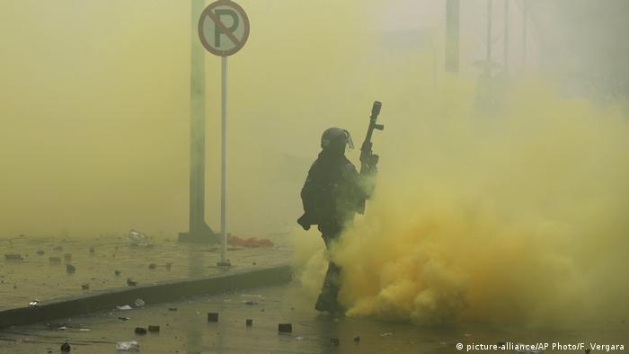 Polícia usou gás lacrimogêneo para dispersar manifestantes em Bogotá
