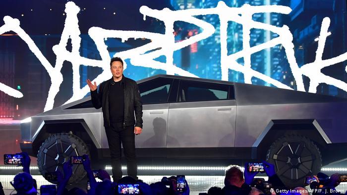So sieht er sich am Liebsten: Einem staunenden Publikum präsentiert Musk seinen Tesla Cybertruck (im November 2019)