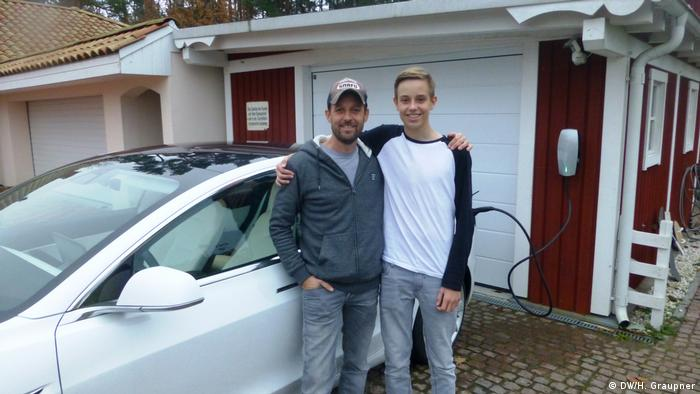 Otac Peer i sin Silas Heineken pored automobila Tesla