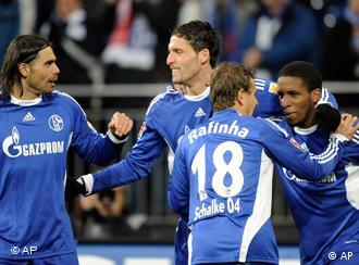 Kuranyi (m.) feiert nach seinem Tor mit den Mannschaftskameraden Edu, Rafinha und Farfan. (Foto: AP)