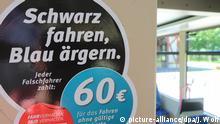 ARCHIV- Aufkleber mit dem Schriftzug Schwarz fahren, Blau ärgern. Jeder Falschfahrer zahlt 60 Euro für das Fahren ohne gültige Fahrkarte, aufgenommen am 30.06.2015 in der Straßenbahn in Magdeburg. Foto: Jens Wolf/dpa (zu dpa-Umfrage vom 30.07.2016) +++(c) dpa - Bildfunk+++ | Verwendung weltweit