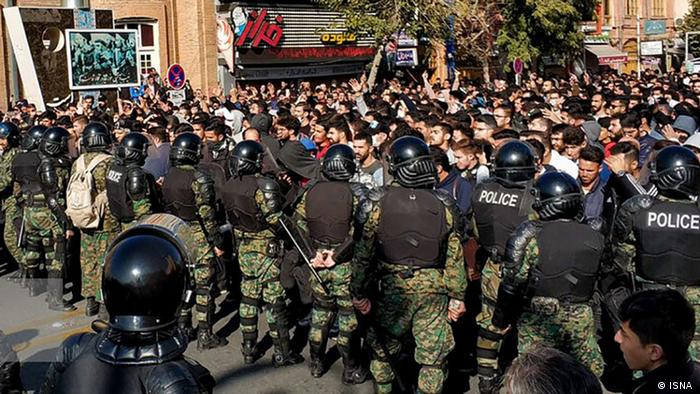 صحنهای از برخورد نیروهای امنیتی با معترضان در جریان اعتراضهای آبان ۱۳۹۸