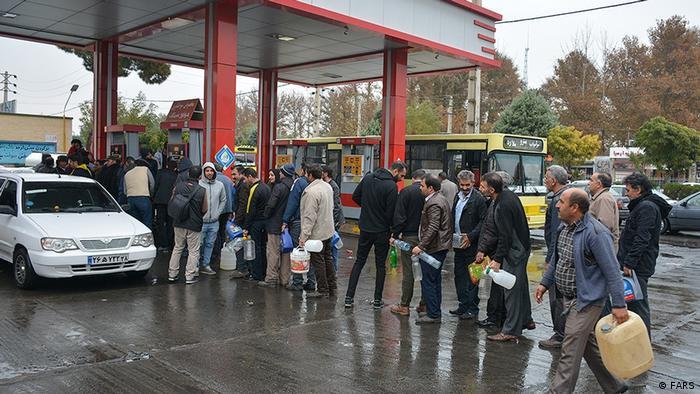 در جریان اعتراضهای خیابانی روز یکشنبه ۲۶ آبان (۱۸ نوامبر) در شهرهای گوناگون ایران جایگاه بنزین بسیاری توسط معترضین به آتش کشیده شد و مسیر حمل سوخت نیز مسدود شد. همین موضوع منجر به تشکیل صفهای طولانی مردم و خودروها در مقابل جایگاه های بنزین شد. (عکس روز دوشنبه ۲۷ آبان از جایگاه بنزین در ملارد)