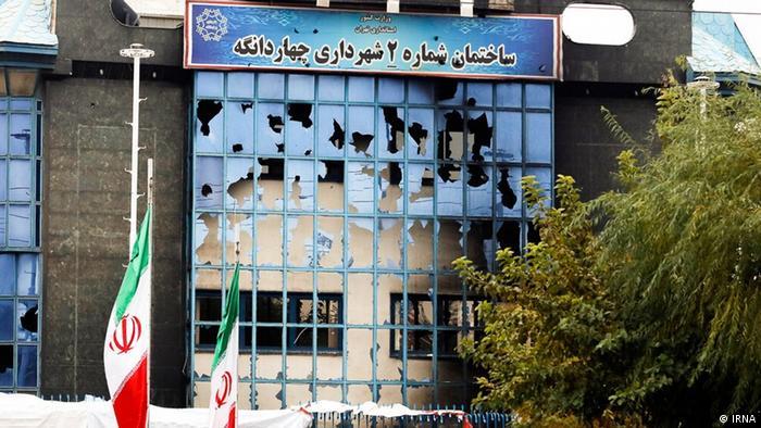 بسیاری از ساختمانهای دولتی نیز در اعتراضهای روزهای اخیر مورد حمله قرار گرفته و صدمه دیدند. در این اعتراضات دستکم ۹ حوزه علمیه و دفتر امام جمعه نیز به آتش کشیده شدند.