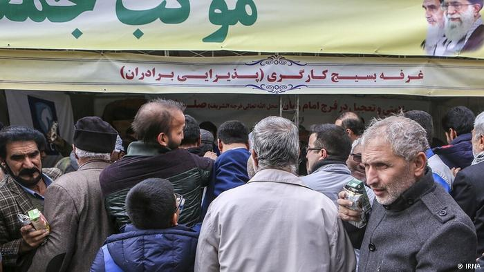در حاشیه اولین نماز جمعه تهران پس از افزایش بهای بنزین و ناآرامیهای متعاقب آن در روز یکم آذر (۲۲ نوامبر) بستههای کیک و نوشیدنی صلواتی (مجانی) توزیع شد که مورد استقبال قرار گرفت.