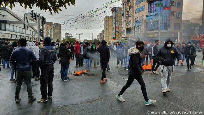 در شامگاه جمعه ۲۴ آبان ۹۸ تصاویر و ویدئوهای کوتاهی از ایران در فضای مجازی منتشر شد. این تصاویر مردم ایران را از نقاط مختلف کشور نشان می دادند، مردمی که به خیابان ها آمده بودند تا صدای خشم و اعتراض خود را نسبت به افزایش بهای بنزین به گوش مقامات و دولتمران جمهوری اسلامی برسانند.