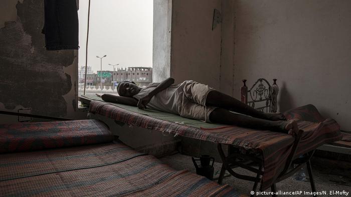 Äthiopischer Flüchtling auf einer Liege im Yemen (picture-alliance/AP Images/N. El-Mofty)