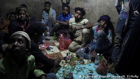 Äthiopische Migranten kauen Qat (picture-alliance/AP Images/N. El-Mofty)