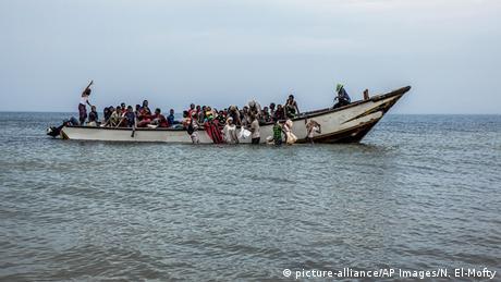 Yemenitische Flüchtllinge auf einem Schiff auf der Flucht (picture-alliance/AP Images/N. El-Mofty)