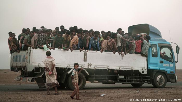 Yemenitische Flüchtlinge auf einem Lastwagen (picture-alliance/AP Images/N. El-Mofty)