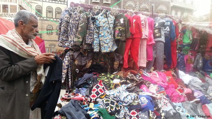 علي النهمي مضطر للعمل في بيع الألبسة على الرصيف في صنعاء
