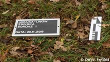 Schild mit dem Datum des Beginns der archäologischen Arbeiten auf dem polnischen Friedhof in Lwiw