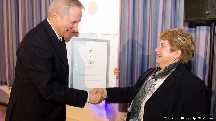Martina Angermann odbierająca w 2013 r. Saksońską Nagrodę Muzealną z rąk wiceministra kultury Saksonii Henry'ego Hasenpfluga