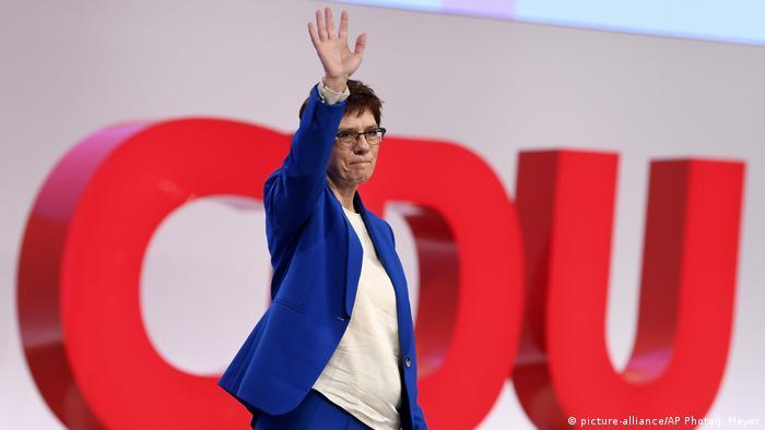 Председатель партии ХДС Аннегрет Крамп-Карренбауэр на фоне аббревиатуры CDU (ХДС)
