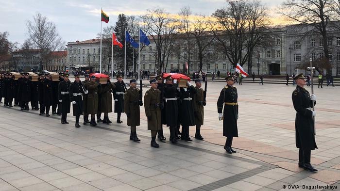 Гробы несли почетные караулы Польши и Литвы