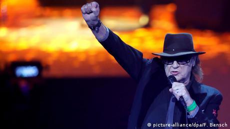 Udo Lindenberg mit Hut und erhobener Faust auf der Bühne