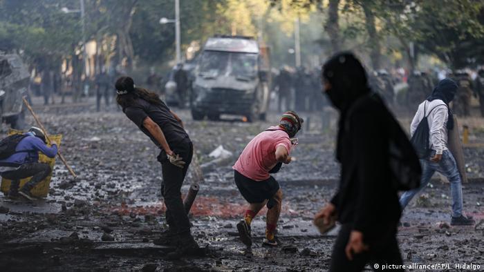 Manifestantes entrincheirados em rua de Santiago, Chile