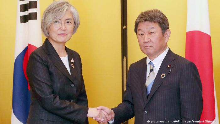 Japanese Foreign Minister Toshimitsu Motegi (right) and South Korean Foreign Minister Kang Kyung-wha