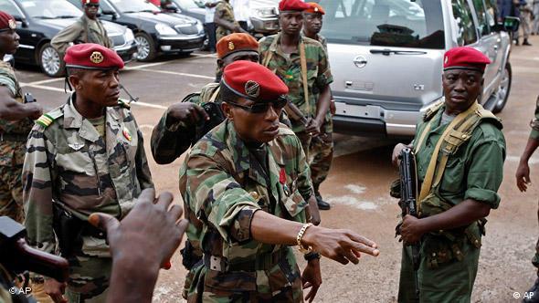 Guinea Moussa Dadis Camara mit seinen Truppen in Conakry Flash-Galerie