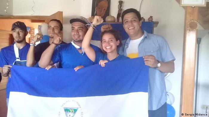 Amaya Coppens y otros estudiantes.