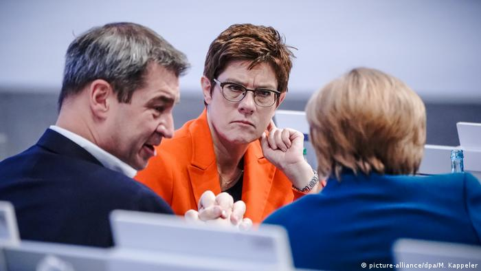 Annegret Kramp-Karrenbauer seen between CSU leader Markus Söder and Angela Merkel (seen from back) (picture-alliance/dpa/M. Kappeler)