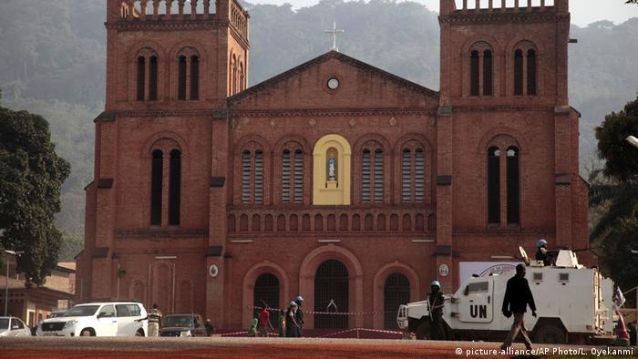 Une voiture blindée de l'ONU, à droite, est garée devant une église avant la visite du pape François à Bangui (2015)