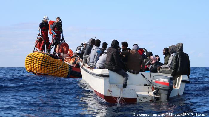 Човен з мігрантами в акваторії Середземного моря