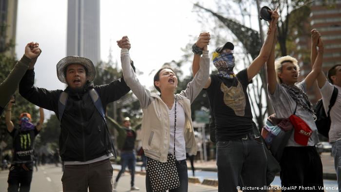 Kolumbien | Protest in Bogota (picture-alliance/dpa/AP Photo/I. Valencia)