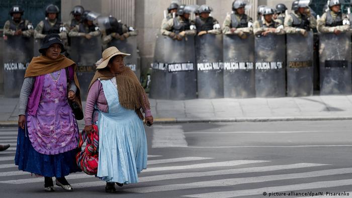 هذا العام، خرج الناس في العديد من دول أمريكا اللاتينية إلى الشوارع احتجاجًا على حكوماتهم. في بوليفيا، تحدى المحتجون شرعية فوز الرئيس إيفو موراليس الانتخابي، حتى أجبره الجيش أخيرًا على التنحي. وفي الوقت نفسه، أجبرت الاضطرابات العنيفة في تشيلي الرئيس سيباستيان بينيرا على إلغاء مؤتمر المناخ العالمي، الذي انعقد في مدريد بدلاً من ذلك.