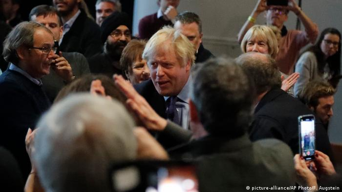 Boris Johnson and several Conservative Party supporters (picture-alliance/AP Photo/F. Augstein)