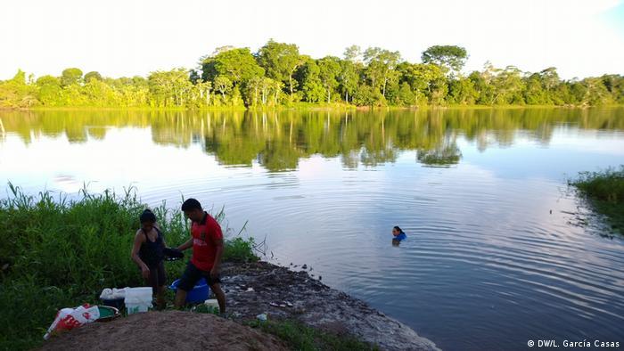 Pobladores de la comunidad indígena de Santa Clara de Uchunya en el lago Uchunya.