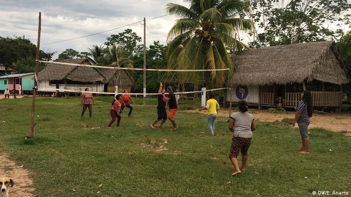 Partido de vóleibol entre mujeres de la comunidad de Santa Clara de Uchunya.
