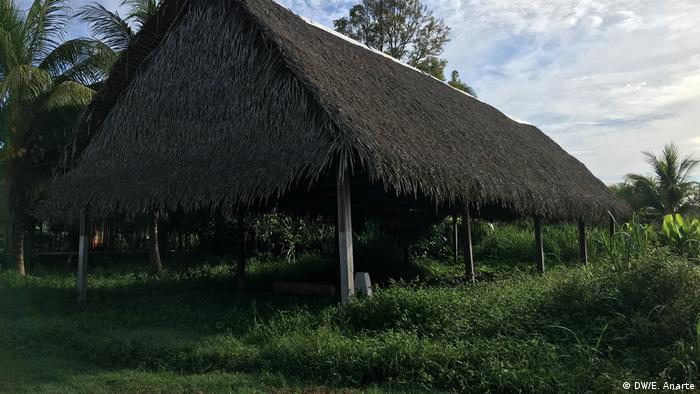 Templo con techo de paja y pilares de madera en la comunidad indígena de Santa Clara de Uchunya.