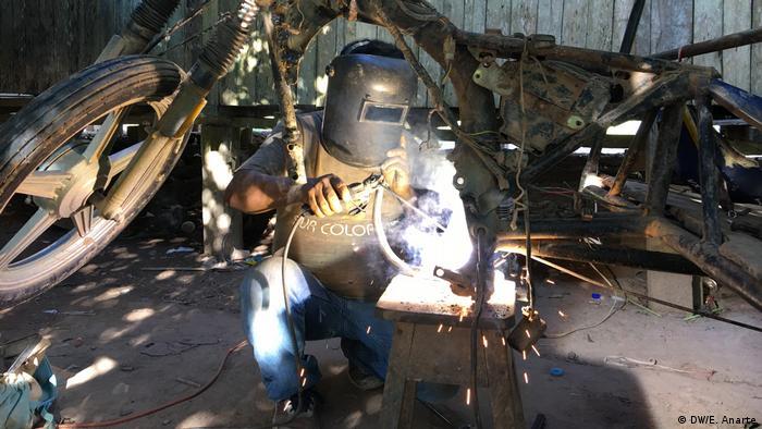 Neiser, un mecánico de la comunidad de Santa Clara de Uchunya, hace trabajos de soldadura.