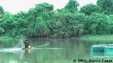 Los habitantes de Santa Clara de Uchunya recogen pescado de su laguna por turnos: uno cada día.