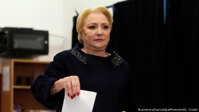 La candidata socialdemócrata y ex primera ministra Viorica Dancila vota en la capital Bucarest (24.11.2019)
