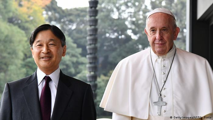 Naruhito und Papst Franziskus im Kaiserpalast in Tokio (Foto: Getty Images/AFP/V. Pinto)